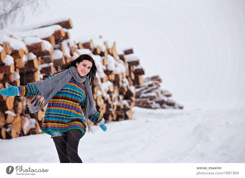 Schöne junge Frau, die draußen in Winter geht. Holz-Protokollierung Glück schön Ferne Freiheit Schnee wandern Mensch Mädchen Junge Frau Jugendliche Erwachsene 1