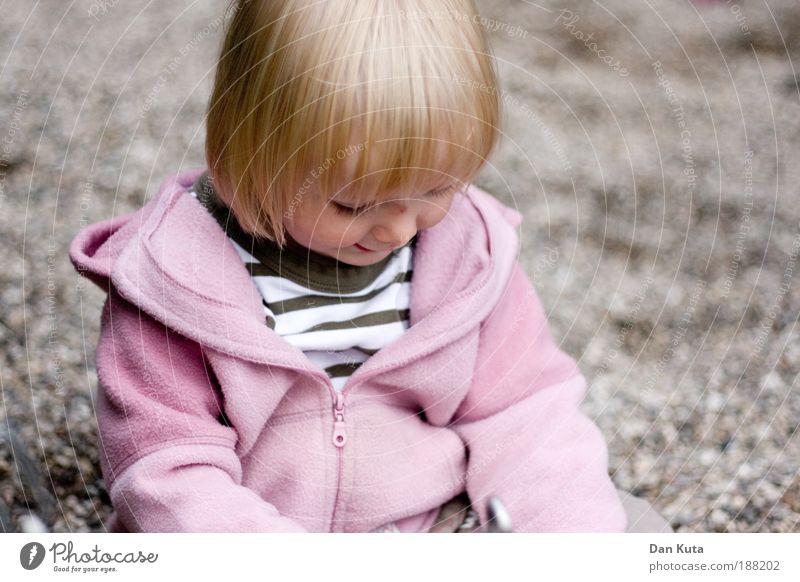 Mein erster Kies Mensch Kind schön Mädchen Freude Gesicht Spielen Kopf Haare & Frisuren Glück klein träumen Kindheit Zufriedenheit rosa sitzen
