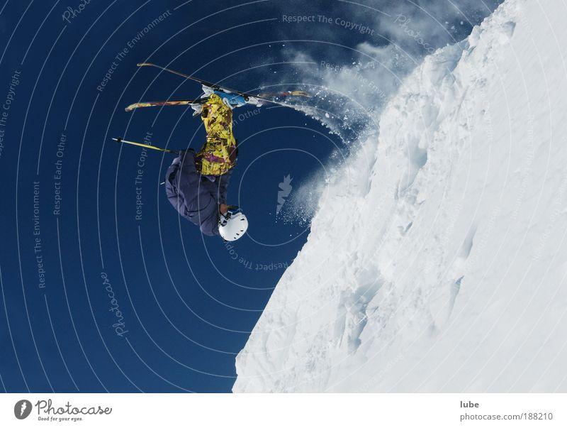 Freudensprung Freude Winter Sport Schnee Freiheit Berge u. Gebirge Angst verrückt Tourismus Luftverkehr Sicherheit Skifahren Alpen Skier Mut Sportveranstaltung