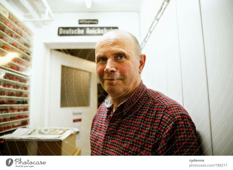 Sammler Mensch Porträt Mann Freude Leben Senior Freiheit träumen Zeit Innenarchitektur Blick Wohnung Freizeit & Hobby Dekoration & Verzierung einzigartig Bildung