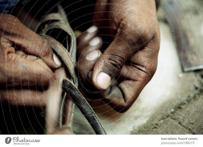 nepali_schuster Mensch Ferien & Urlaub & Reisen alt Hand außergewöhnlich braun Arbeit & Erwerbstätigkeit maskulin Schuhe laufen authentisch warten Perspektive