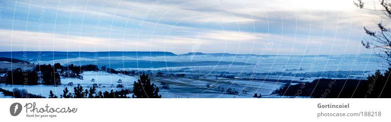 Schwarzwald Umwelt Landschaft Luft Himmel Wolken Horizont Winter Eis Frost Schnee Baum Feld Hügel Berge u. Gebirge Gipfel Deutschland Dorf Kleinstadt kalt schön