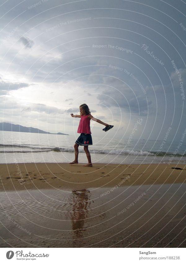 Frei Mensch Kind Wasser Mädchen Himmel Sonne Meer Sommer Freude Strand Ferien & Urlaub & Reisen Wolken Ferne Freiheit Glück träumen