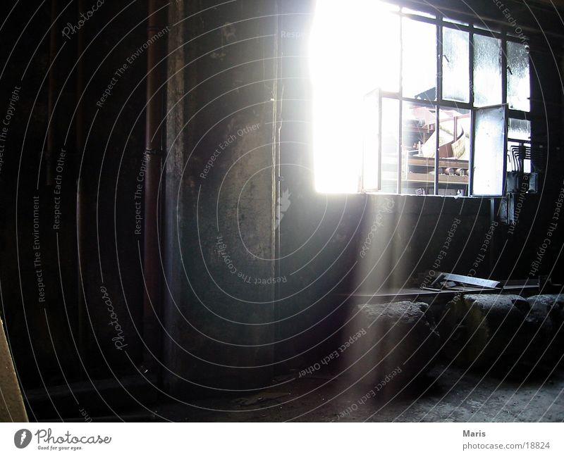 Sonne in der Zeche Sonnenstrahlen Fenster dunkel Industrie dreckig hell