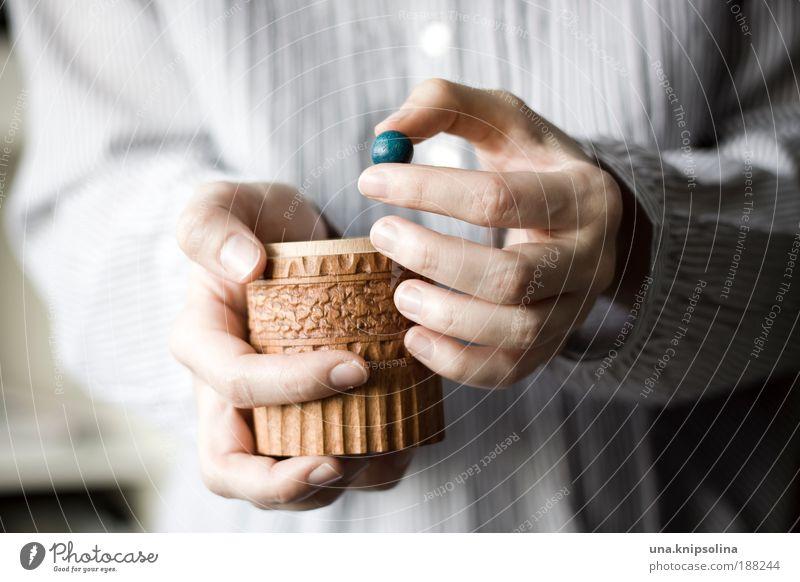objekt Mensch Jugendliche blau Hand Erwachsene Spielen Holz Glück 18-30 Jahre Arme Haut Freizeit & Hobby Zufriedenheit Finger Dekoration & Verzierung berühren