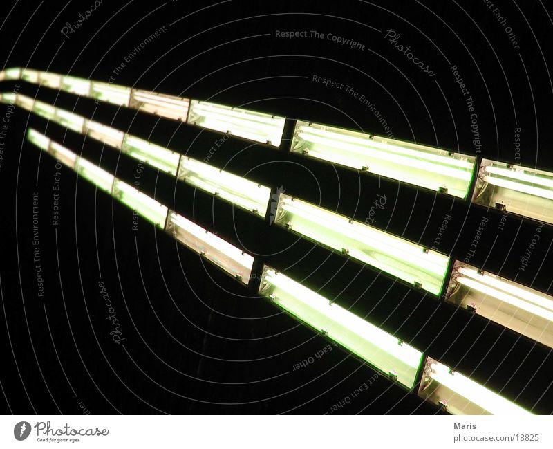 Leuchtenreihe Lampe dunkel hell Industrie Tunnel Neonlicht Energiesparlampe