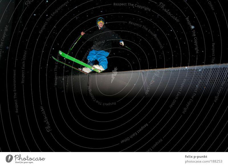 skifahren mal anders II Mensch Jugendliche Mann blau Winter Erwachsene Schnee Sport Denken Lifestyle außergewöhnlich springen maskulin Freizeit & Hobby ästhetisch fahren