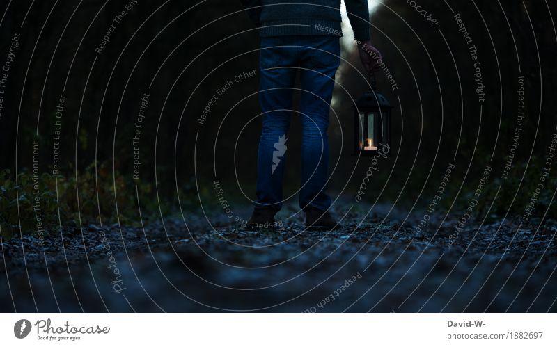 Mann mit einer Laterne steht im Dunkeln Weg Pfad leuchten Wege & Pfade Nacht dunkel Licht düster stehen verlassen gruselig