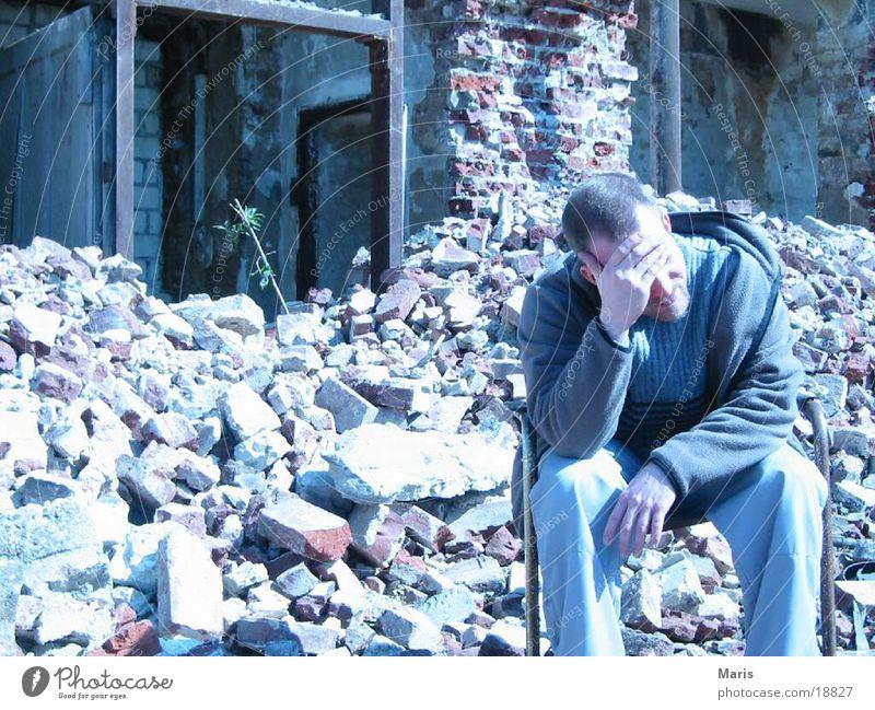 Sozialer Wohnungsbau Mensch Mann Haus Stuhl kaputt Müll Zerstörung Bauschutt