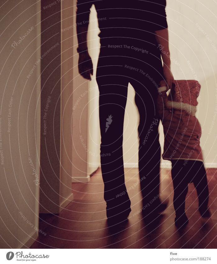 der weihnachtsmann schleicht sich davon Mensch Kind Mann Junge Erwachsene Familie & Verwandtschaft Kindheit Baby gehen laufen maskulin festhalten Farbfoto