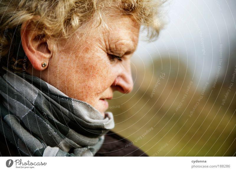 Inne halten Mensch Frau ruhig Gesicht Erwachsene Erholung Leben Gefühle Senior Freiheit Bewegung träumen Zeit wandern nachdenklich Spaziergang