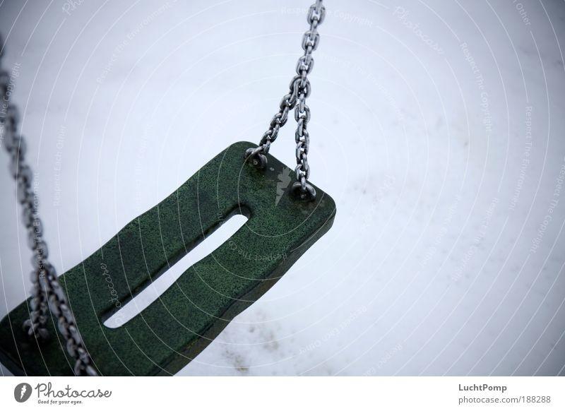 Saisonende. Winter ruhig Einsamkeit kalt Schnee Spielen Traurigkeit trist gruselig Kindheit Vergangenheit Kette Schaukel Spielplatz Erinnerung