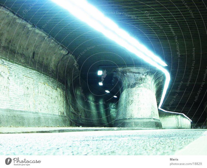 Tunnel Licht Energiesparlampe Architektur Schatten blau Straße alt