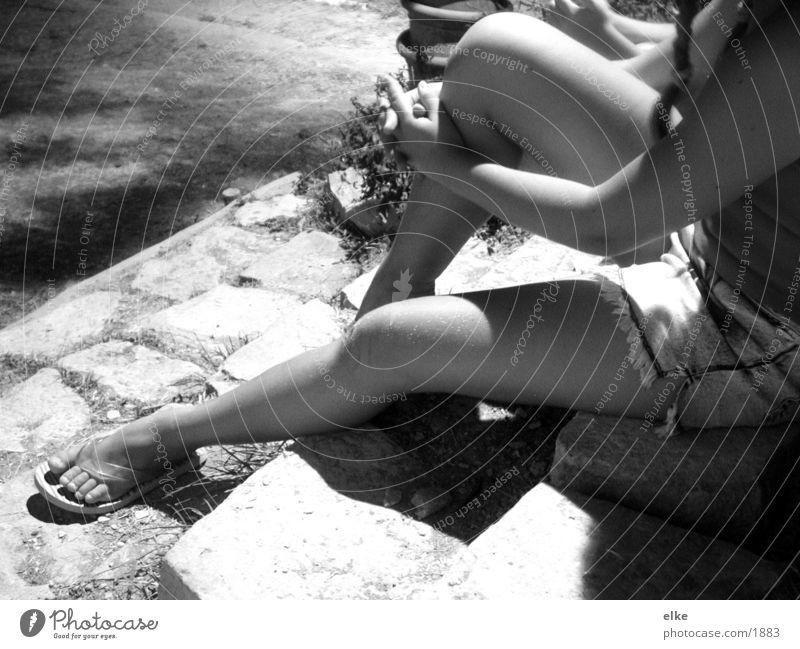 verabredung Jugendliche Frau Nacht sitzen Schwarzweißfoto