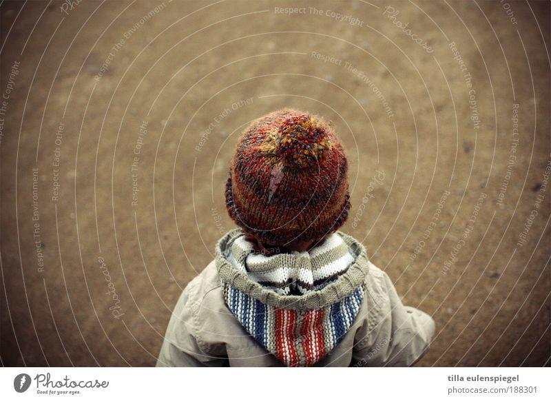 hat viel vor. Mensch Kind Einsamkeit klein Kindheit warten maskulin stehen Zukunft niedlich beobachten Neugier Kleinkind Jacke Mütze Erwartung