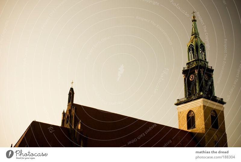GLAUBE Hauptstadt Altstadt Menschenleer Kirche Mauer Wand Dach Glockenturm Sehenswürdigkeit Wahrzeichen Marienkirche schön Religion & Glaube Christentum Turm