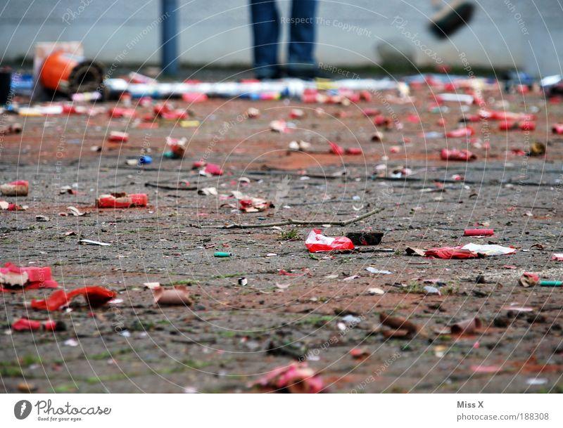 Rest vom Fest Mensch Freude Wege & Pfade Feste & Feiern dreckig Platz Beginn Sauberkeit Reinigen Müll Silvester u. Neujahr Karneval Feuerwerk Marktplatz Besen Umweltverschmutzung