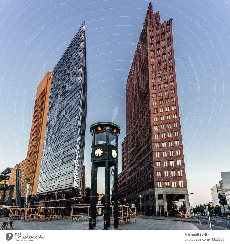 Verkehrsampel am Potsdamer Platz in Berlin alt Architektur Gebäude Deutschland modern Hochhaus neu Ampel altmodisch