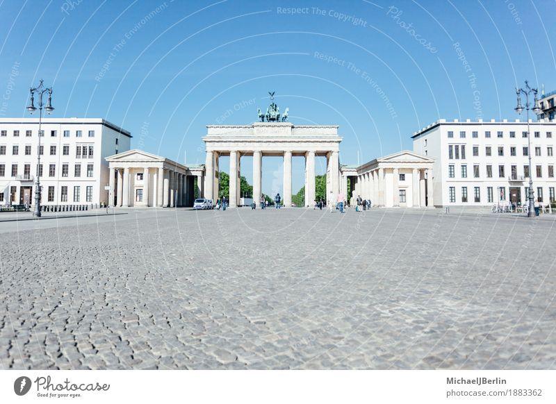 Brandenburger Tor vor blauem Himmel am Morgen Ferien & Urlaub & Reisen Architektur Berlin Deutschland Tourismus hell leer Platz Freundlichkeit Bauwerk