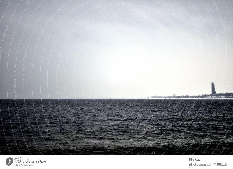 ein Wintermeer(chen) Landschaft Wasser schlechtes Wetter Wind Nebel Eis Frost Schnee Wellen Küste Bucht Ostsee Meer Denkmal kalt grau schwarz weiß ruhig Ferne