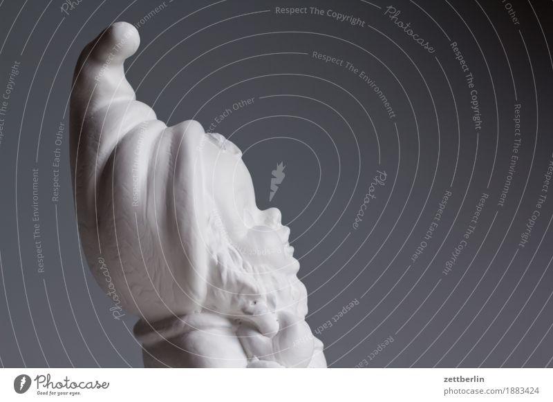 Gartenzwerg von rechts Volksglaube Deutsch Figur Gartenzwerge Kitsch Menschenleer Märchen Textfreiraum weiß Spitze Nikolausmütze Zwerg Statue Mütze Porträt