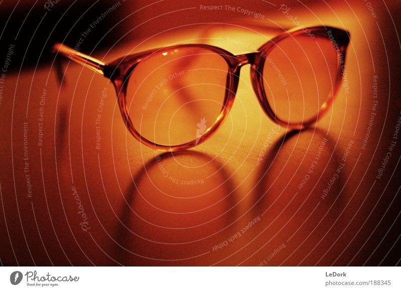 New Glasses Kitsch Krimskrams Sammlerstück Brille Sonnenbrille Brillengestell Reflexion & Spiegelung Tisch Maserung Kunststoff alt ästhetisch außergewöhnlich
