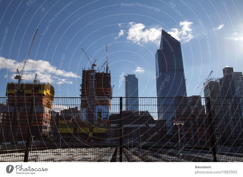 der himmel über den baustellen von nyc. Himmel Sonne Wolken Architektur Gebäude Fassade Arbeit & Erwerbstätigkeit Häusliches Leben Wetter Hochhaus USA Klima