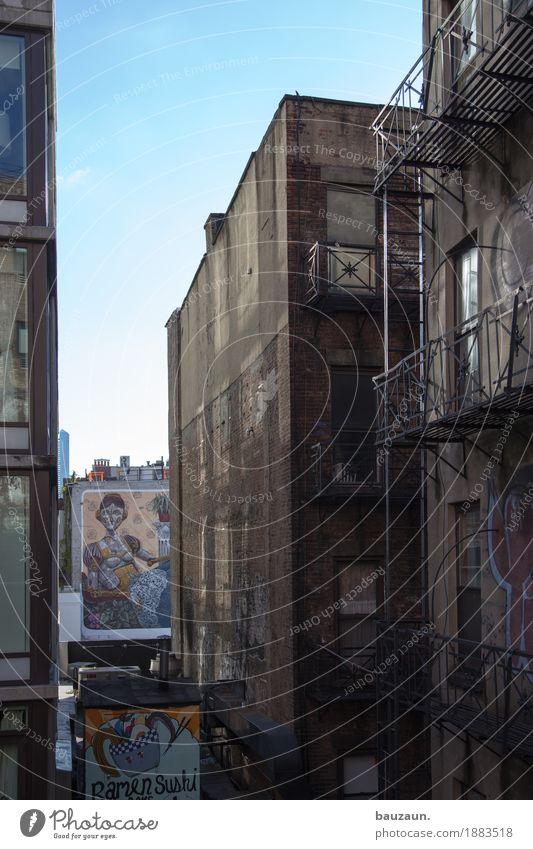 zwischen den häusern von nyc. Ferien & Urlaub & Reisen Stadt Haus Architektur Wand Essen Graffiti Gebäude Mauer Tourismus Fassade Wohnung Häusliches Leben