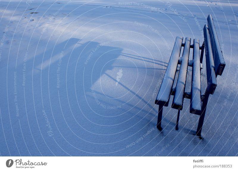 bank of snowland blau weiß Winter ruhig Einsamkeit Ferne Erholung Schnee Holz Linie Zufriedenheit frei leer Pause Bank nachdenklich