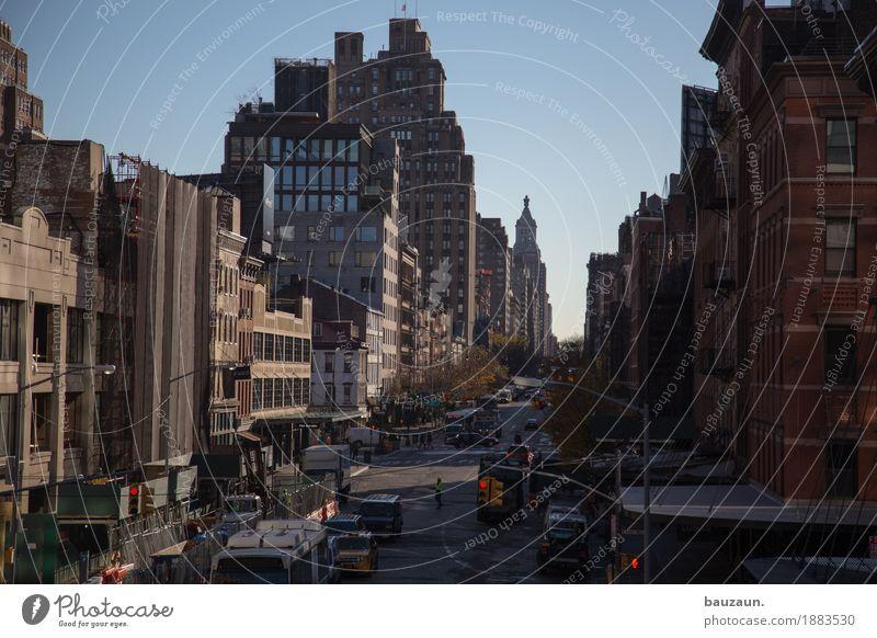 strassen von nyc. Ferien & Urlaub & Reisen Tourismus Sightseeing Städtereise New York City USA Stadt Haus Hochhaus Mauer Wand Fassade Verkehr Personenverkehr
