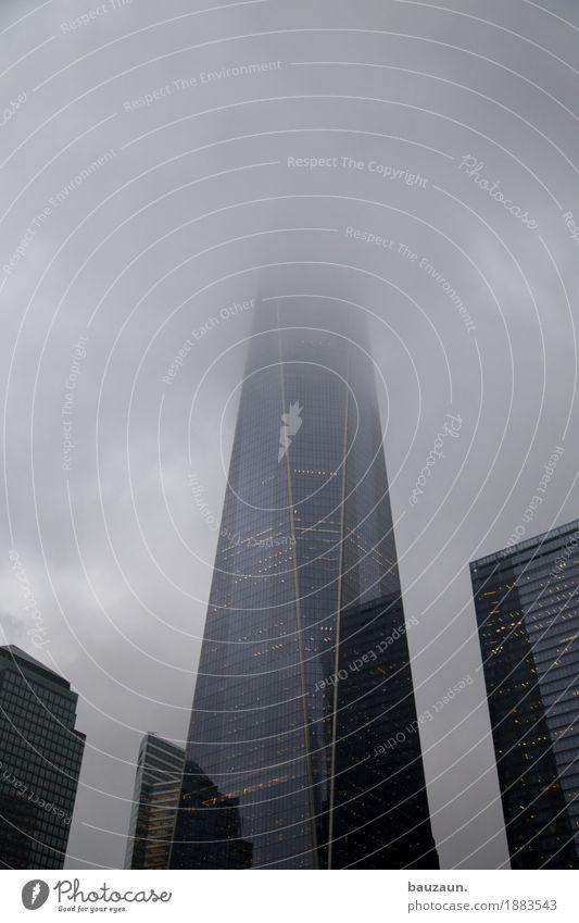 neblig in nyc. Himmel Stadt Wolken Haus Fenster dunkel Architektur Gebäude Business Tourismus Fassade Wetter Nebel Hochhaus USA hoch