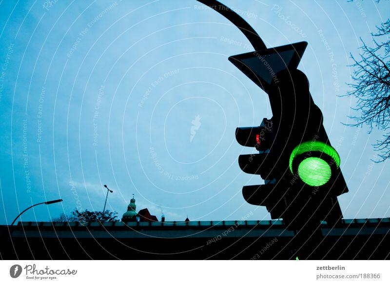 Grün grün Stadt Beginn Verkehr Autobahn Ampel Straße Textfreiraum Straßenverkehr Straßenkreuzung Wegkreuzung Regel Signal Gesetze und Verordnungen Verkehrsregel