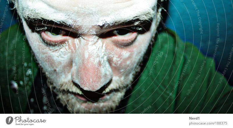 In your Face grün Auge Gesicht Staub Pulver Nase Hautfalten Bart Männergesicht Männerauge Anschnitt Blick in die Kamera Bildausschnitt Gesichtsausschnitt