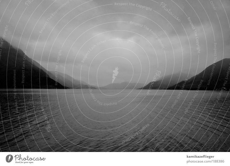 grau Natur Wasser Himmel Meer Sommer Ferien & Urlaub & Reisen Wolken Ferne Herbst Berge u. Gebirge Regen Landschaft Stimmung Wellen Küste Nebel