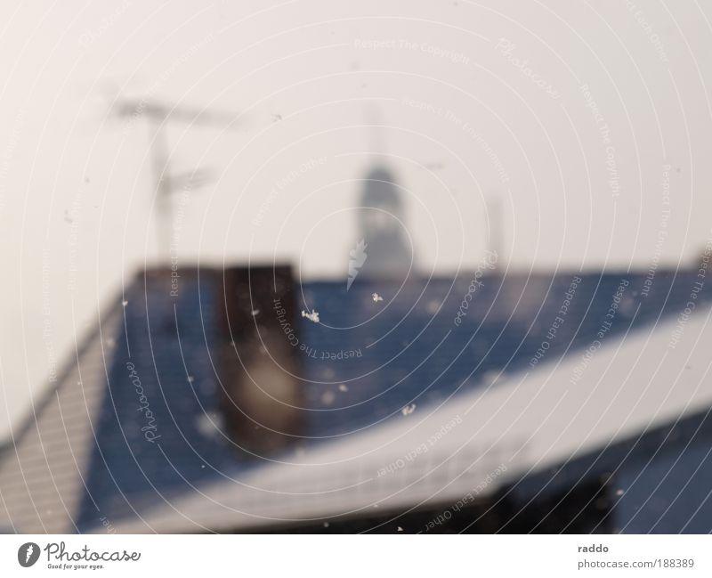 Lonley Snowflake Luft Wolken Winter Wetter schlechtes Wetter Nebel Schnee Schneefall Gießen Deutschland Europa Kleinstadt Haus Dach Kirchturmspitze Schornstein
