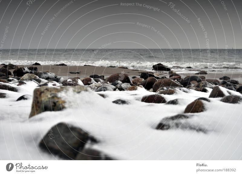 Winterstrand Natur Wasser weiß Strand dunkel kalt Schnee grau Stein Sand Landschaft Eis Wellen Küste Umwelt