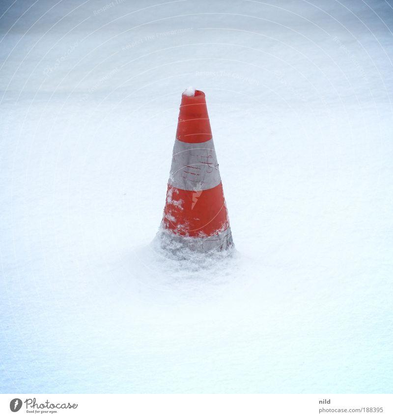 VLC weiß rot Winter kalt Schnee Straßenverkehr bedrohlich Barriere gestreift Verkehrszeichen Verkehrsschild Verkehrsleitkegel festhängen Glatteis