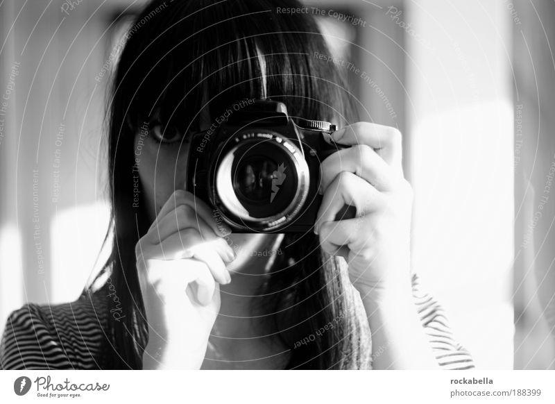 therapieprogramm. feminin Fotokamera beobachten einzigartig geheimnisvoll verstecken Fotograf Blick Mensch Fotografieren Pony Objektiv Designer Haare & Frisuren