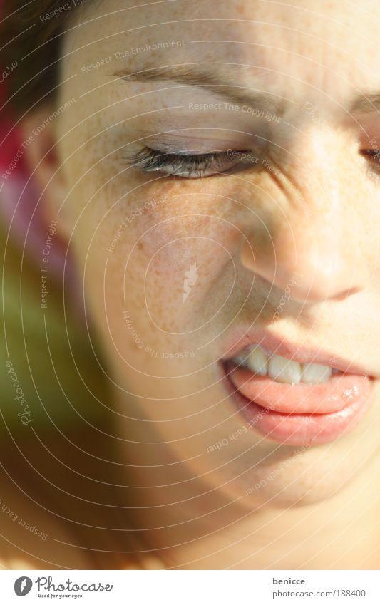 hääää? Grimasse Frau Jugendliche Europäer liegen Sonne Sonnenbad Ablehnung Nase Falte Hautfalten Zunge ausgestreckt zeigen dumm lustig Humor funny Freude