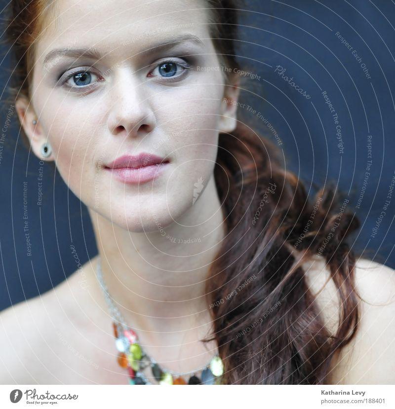 straight ahead feminin Junge Frau Jugendliche Leben Haare & Frisuren Gesicht 18-30 Jahre Erwachsene Schmuck Halskette Ohrringe rothaarig langhaarig Sympathie