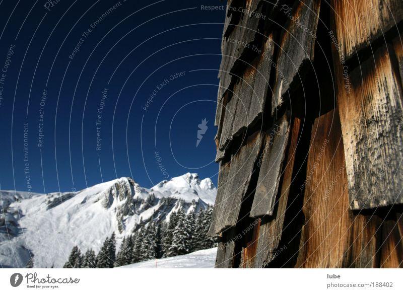 Blauer Himmel mit Schindelwand Natur Ferien & Urlaub & Reisen Winter Umwelt Landschaft kalt Schnee Berge u. Gebirge Holz Eis Fassade Tourismus Frost Alpen Schönes Wetter Gipfel