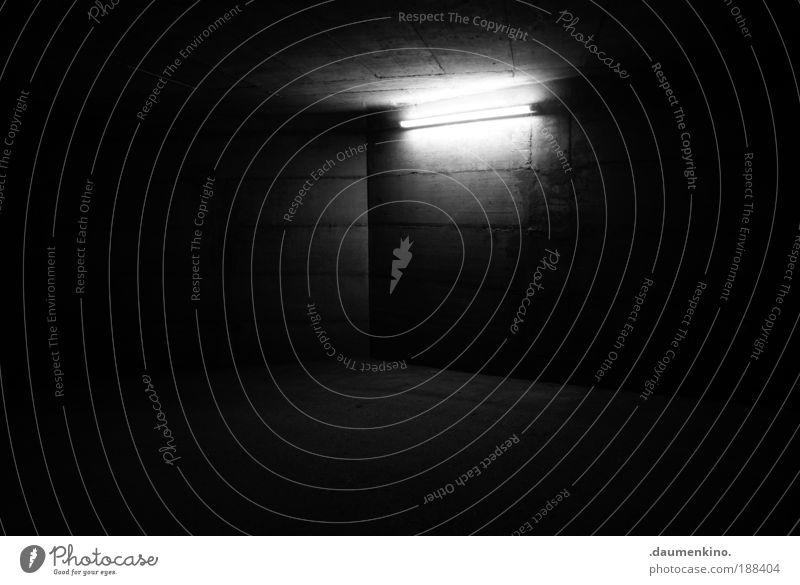 Nochnoi Dozor Garage Schatten Beton Oberfläche Zufahrtsstraße Straße Straßenverkehr Boden Strukturen & Formen schalung Lampe Lichterscheinung erleuchten dunkel