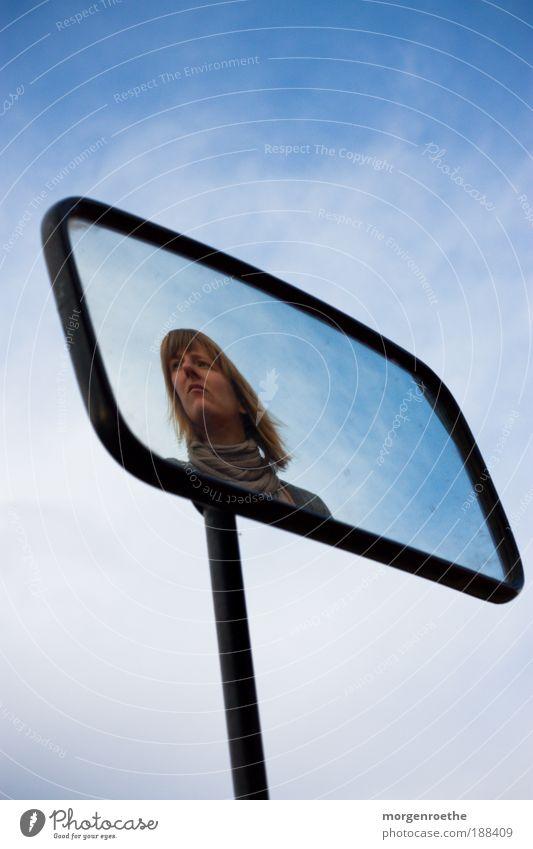 Ein Bild im Bild im Bild Mensch Kopf Haare & Frisuren 1 18-30 Jahre Jugendliche Erwachsene Himmel Blick blau schwarz Spiegel Spiegelbild Selbstportrait wirklich
