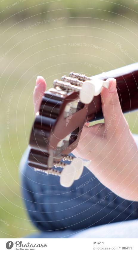 Musik im Herzen Hand Spielen Kunst Finger Freizeit & Hobby Detailaufnahme Gitarre harmonisch Ton Klang Künstler singen Musiker Gesang Gitarrenspieler