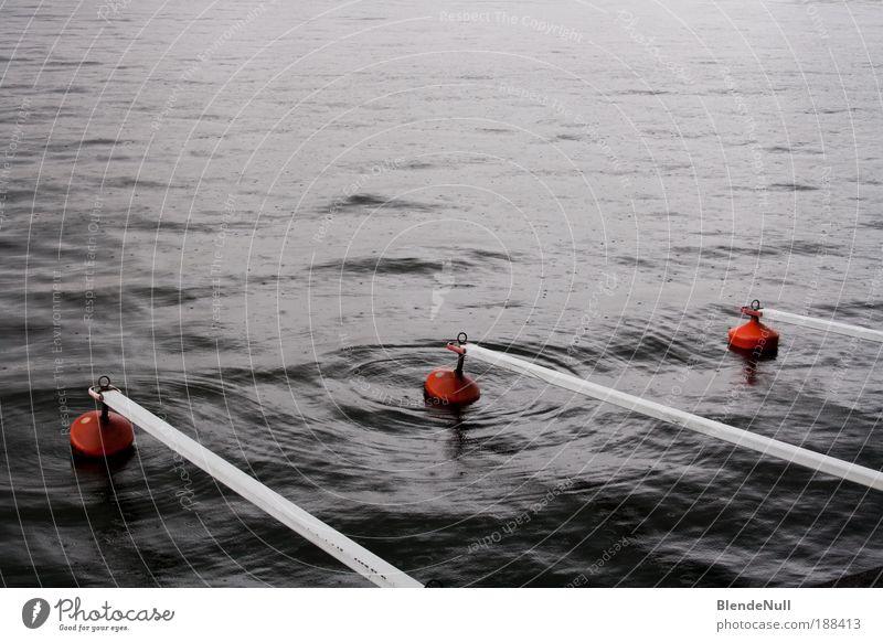 Hafengeplätscher Wasser Meer rot ruhig schwarz Wolken dunkel kalt Gefühle grau träumen Traurigkeit Regen Wassertropfen Industrie Trauer