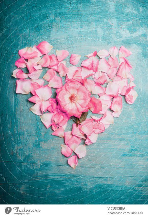 Herz aus rosa Rosenblättern auf türkis blauem Hintergrund Natur Pflanze schön Blüte Liebe Stil Feste & Feiern Design Dekoration & Verzierung Geburtstag Romantik