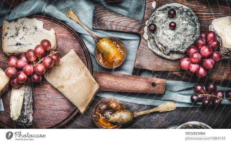 Käse auf Schneidebrettern mit Trauben und Honig Lebensmittel Frucht Dessert Ernährung Festessen Geschirr Stil Design Tisch gelb Brie Feinschmecker Snack Auswahl