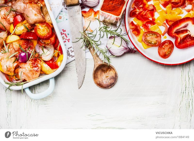 Mediterranes Hähnchen mit buntem Gemüse und Paprikapulver Gesunde Ernährung Leben Stil Lebensmittel Design Tisch Kräuter & Gewürze Küche Bioprodukte Restaurant