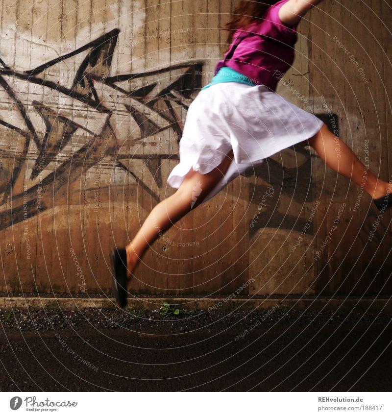 Ich hab an Flucht gedacht. Jugendliche weiß Freude Erwachsene Straße feminin Wand Bewegung grau springen Mauer Kunst braun Schuhe Kraft rosa