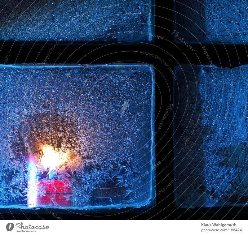 Hoffnungsschimmer Winter Schnee Eis Frost Fenster Glas Stahl Kristalle hell Wärme Geborgenheit trösten kalt filigran Kerze Kerzenschein Farbfoto Außenaufnahme